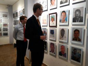 Embajador de los Países Bajos en el Santuario de las Victimas